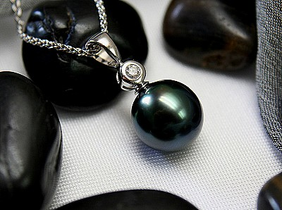 Black pearl necklace with white gold & diamonds from Moana Gems
